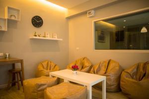 A seating area at The Suvarnabhumi Apartment