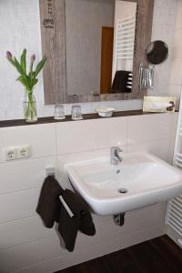 A bathroom at Hartlef´s Gasthof