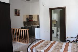 Кухня или мини-кухня в Guest House on Gia Abesadze Street