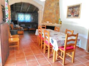Un restaurante o sitio para comer en Casa Rural en Aldea Cueva Ahumada