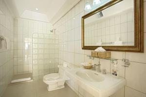 A bathroom at Villa Beach Cottages