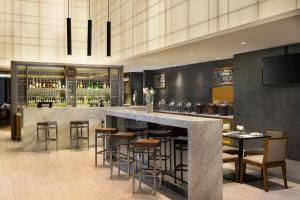 The lounge or bar area at Four Points by Sheraton Jakarta Thamrin