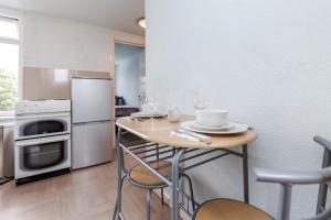 A kitchen or kitchenette at Watford General Suites