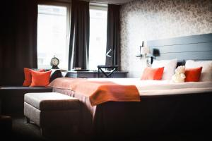 A bed or beds in a room at Freys Hotel