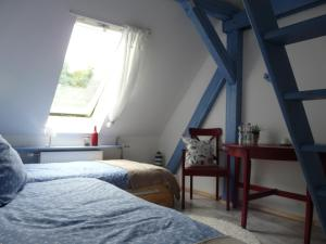 A bed or beds in a room at Zum Storchennest