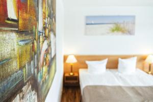Кровать или кровати в номере Hotel Plöner See by Tulip Inn