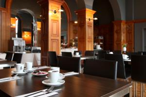 A restaurant or other place to eat at Hotel La Royale