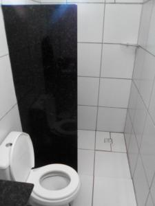 A bathroom at Casa do Mochileiro Airport Hostel