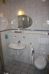 A bathroom at Hotel Schwarzer Adler
