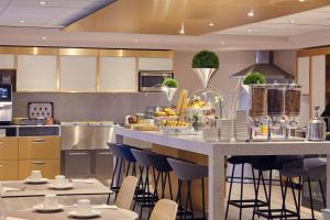 A restaurant or other place to eat at Mercure Rouen Centre Cathédrale