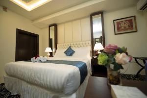 Cama ou camas em um quarto em Rest Night Hotel Apartments Wadi Al Dawasir