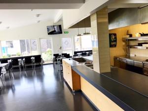 Ett kök eller pentry på Turistgårdens vandrarhem i Norrköping