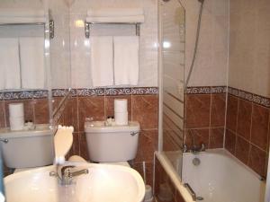 A bathroom at Hotel La Place