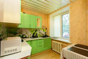 Кухня или мини-кухня в Business Brusnika Comfort Class Apartment Nagornaya