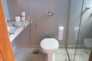 A bathroom at Manhuaçu Center Hotel