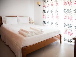 A bed or beds in a room at Vivenda Jardim Mar Algarve Porches
