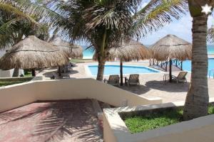 Vista de la piscina de Modern apartment near the beach o alrededores