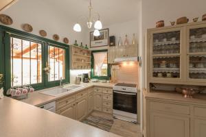 A kitchen or kitchenette at Amandi Villa