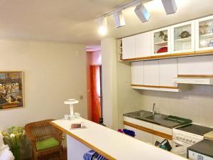 A kitchen or kitchenette at Apartamento Praia São Pedro Moel