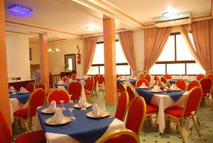 A restaurant or other place to eat at Hotel Nouzha