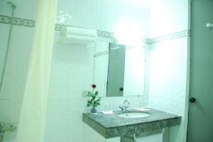 A bathroom at Hotel Nouzha
