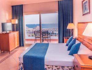 Кровать или кровати в номере Continental Plaza Aqua Beach