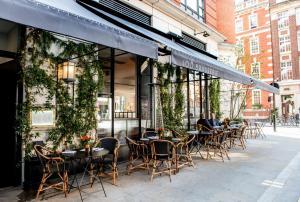 Ein Restaurant oder anderes Speiselokal in der Unterkunft The Marylebone Hotel