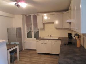 A kitchen or kitchenette at Côté Jardin