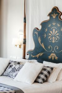 A bed or beds in a room at Parador de Baiona