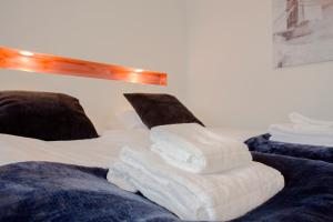 A bed or beds in a room at Guesthouse 77