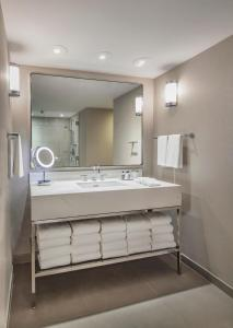 A bathroom at The Marquette Hotel, Curio Collection by Hilton