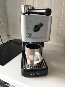 Принадлежности для чая и кофе в Апартаменты-студия на Тюльпанов 3