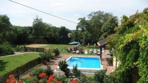 Ein Blick auf den Pool von der Unterkunft Ferienwohnungen Lindleshof oder aus der Nähe