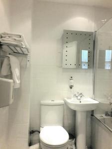 A bathroom at Argyll Hotel