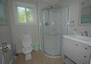 A bathroom at Ogopogo Resort