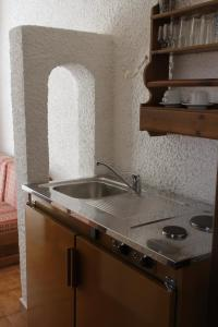 A kitchen or kitchenette at Hotel - Apartments Delfini