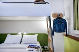 Cama ou camas em um quarto em ibis budget Porto Alegre