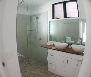A bathroom at Great Northern Beach House