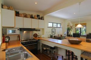 A kitchen or kitchenette at 28 Childe Street, Byron Bay - Banaba