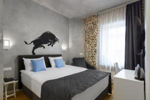 A bed or beds in a room at Red Brick Hotel Kitay Gorod