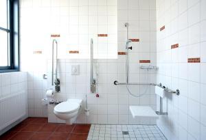 A bathroom at Hotel Rhein-Ruhr Bottrop