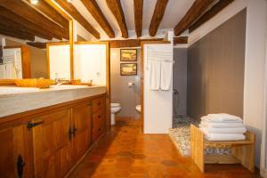 A bathroom at El Bulín de Pedraza - Casa del Serrador