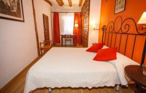 A bed or beds in a room at El Bulín de Pedraza - Casa del Serrador