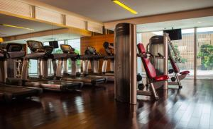 The fitness center and/or fitness facilities at Renaissance Shanghai Putuo Hotel