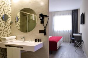 A bathroom at Hotel New Bilbao Airport