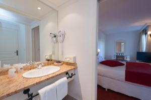 A bathroom at Avignon Grand Hotel