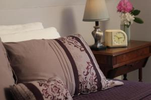 A bed or beds in a room at Kendall Tavern Inn Bed and Breakfast