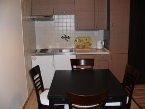 A kitchen or kitchenette at Tip-Top Lak Vendégház