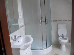 A bathroom at Tip-Top Lak Vendégház