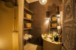 A bathroom at Riad De Vinci & SPA